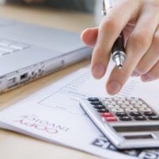 Při výpočtu čisté mzdy mohou být uplatněny různé daňové slevy nebo zvýhodnění.