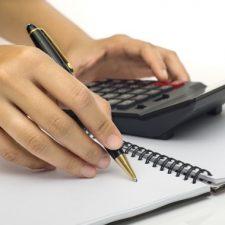 Při výpočtu čisté mzdy jsou pak uplatňovány různé daňové slevy nebo zvýhodnění.