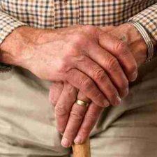 Nárok na vdovský (nebo vdovecký) důchod ale nevzniká automaticky, ale je nutné si o něj požádat.
