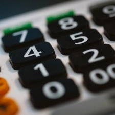 V této kalkulačce pro výpočet exekuce (exekučních srážek) na plat si sami můžete spočítat, kolik peněz by vám zůstalo v případě exekuce na mzdu.