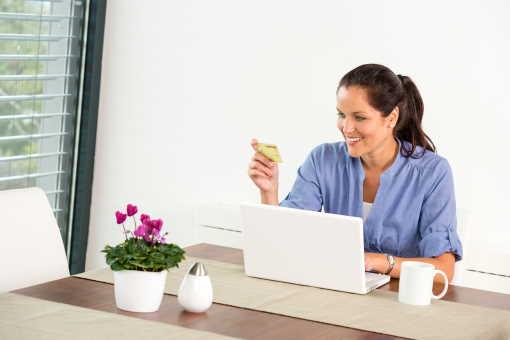 Tato půjčka nabízí pro nové klienty až 30 000 Kč. Pro stávající až 80 000 Kč. Platíte jen minimální měsíční splátky. Peníze mohou dostat i samoživitelky, matky na mateřské nebo rodičovské. Je určena i pro důchodce, pro zaměstnance nebo pro OSVČ. Peníze můžete mít ještě dnes.